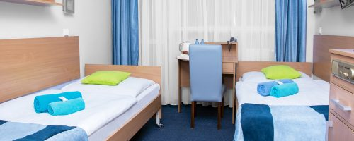 Pokój z dwoma łóżkami pojedynczymi i balkonem